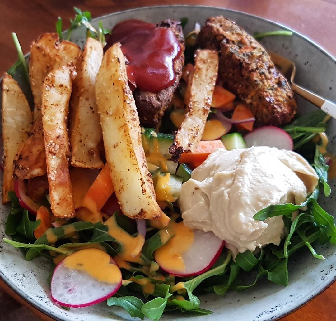 Vegie kofta, air fried chips with rocket salad & hummus 🌱 yum! . . . . .