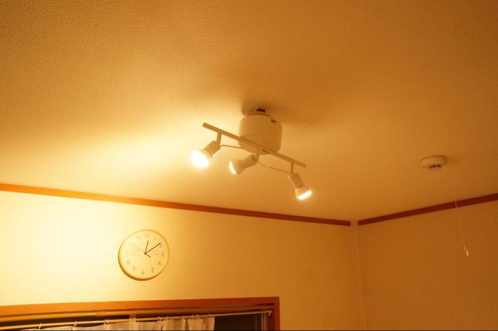 つい先日 イケアでシーリングランプ 天井に取り付ける間接照明 を購入し早速リビングの天井に取り付けた 丁度良い光量でリラックスできる部屋になったと満足していたのだが なんと僕が購入したイケアの照明にはリモコンもスイッチも付いていないことが判明 自宅は