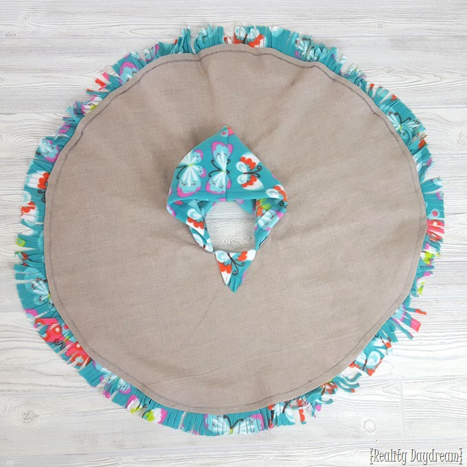 THE BEST Car Seat Poncho Tutorial – Fleece-lined! {Reality Daydream}