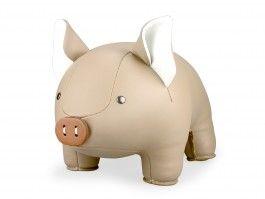 Dit vrolijke varken van Zuny kan je gebruiken als handige boekensteun of deurstopper.   olijkenvrolijk.nl