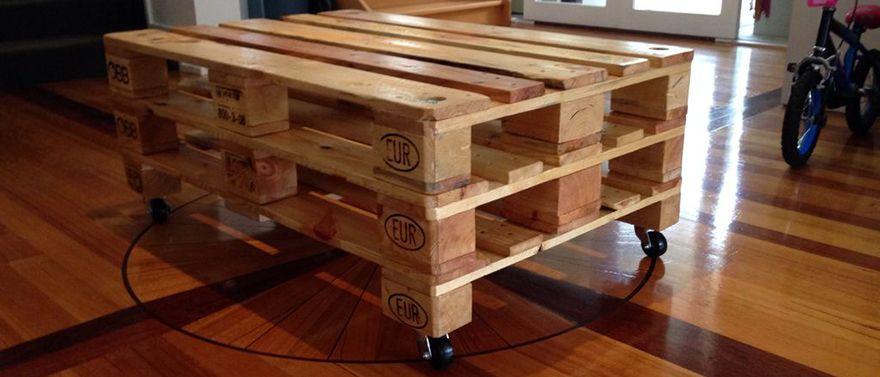 tutorial to make your own coffee table from a pallet furniture upcycled pinterest. Black Bedroom Furniture Sets. Home Design Ideas