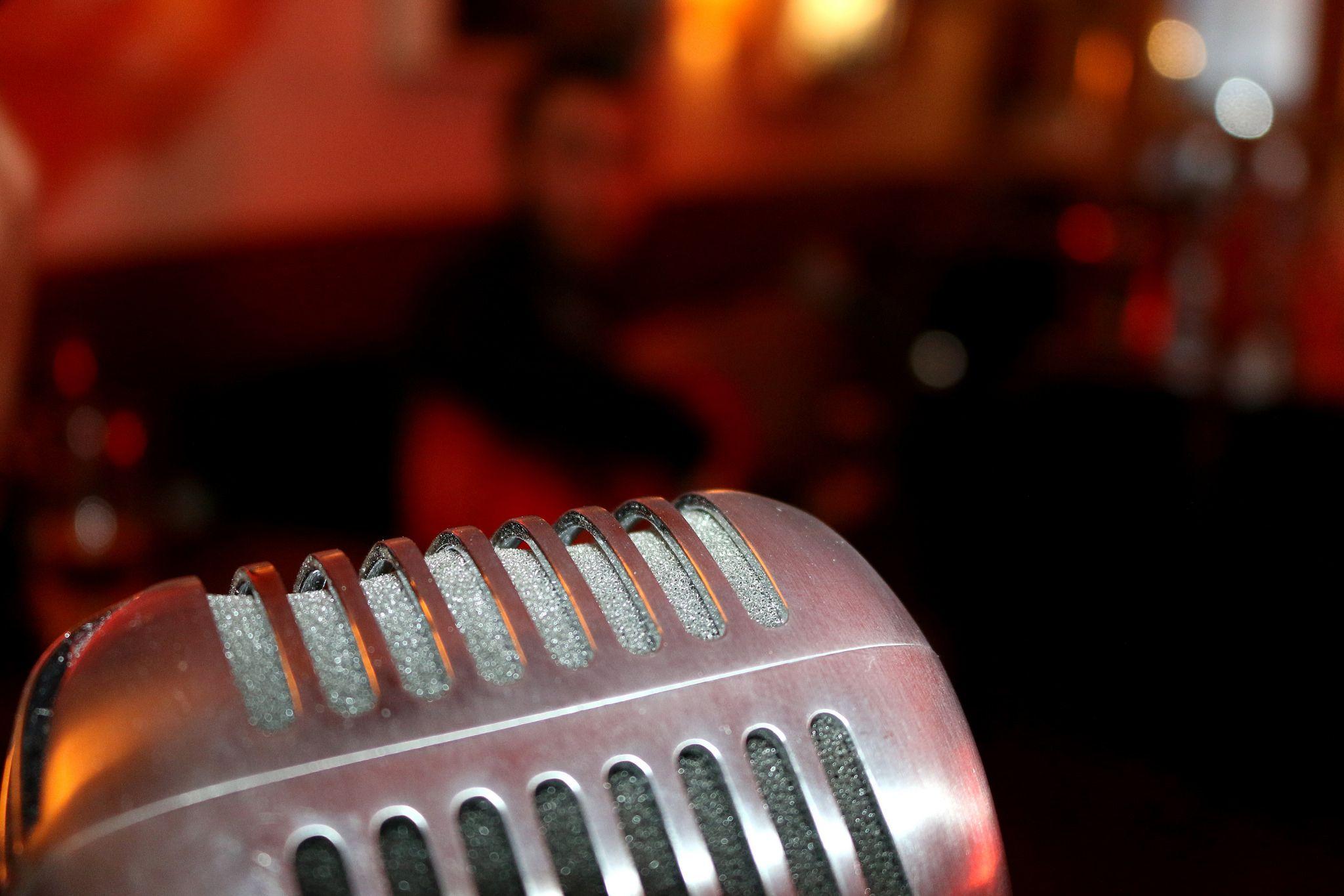 https://flic.kr/p/Gpw8Mj   DO Sol Sostenible   Una performance única: Música, poesía & enogastronomía. Con Hugo Kwaschnowitz (Dirección, guitarra y voz), Gabriel Rocha (Guitarra y voz) y Medhi Kerrou (Chef). El Pepinillo de Barquillo.