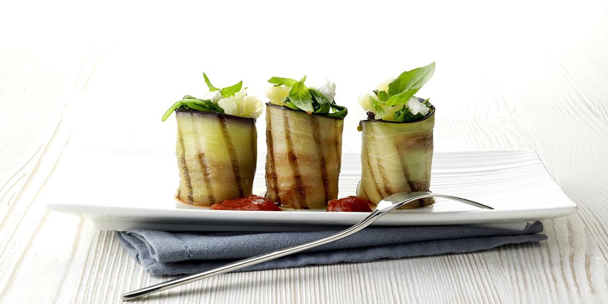 Een overheerlijke cannelloni van gegrilde aubergine met aardappelpuree, spinazie en ricotta, die maak je met dit recept. Smakelijk!
