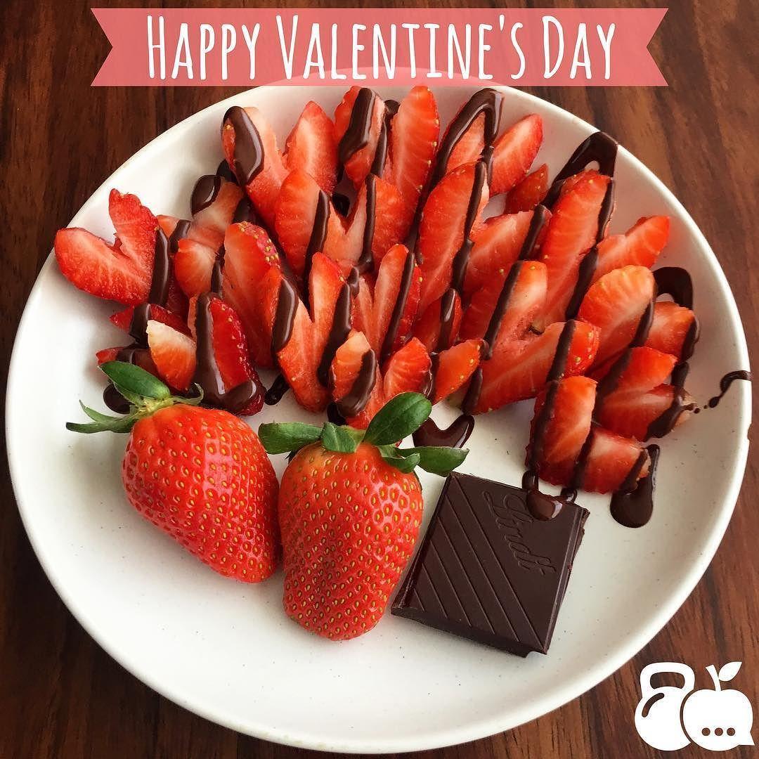 Happy valentines  para tod@s l@s cursis les dejo esta receta fácil y deliciosa  fresas con chocolate amargo  solo quítenle la parte de arriba a la fresa  haciendo una forma de V y píquenla. Y arriba tiene un cuadrito de chocolate amargo derretido