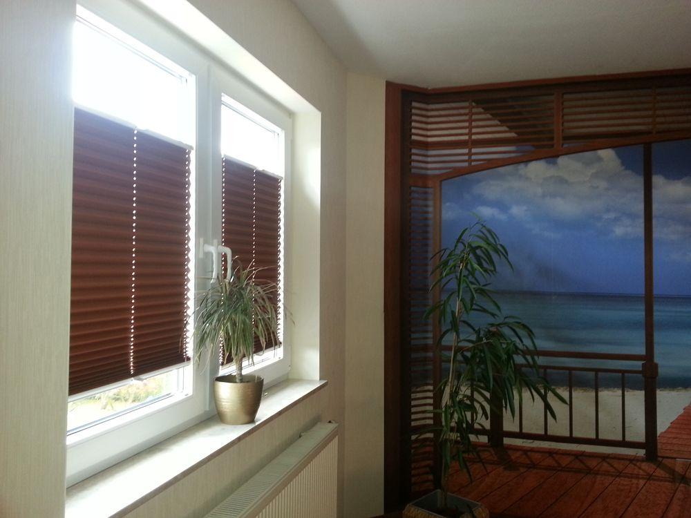 passend zur wanddeko braune verdunkelungsplissees f rs schlafzimmer von sensuna. Black Bedroom Furniture Sets. Home Design Ideas