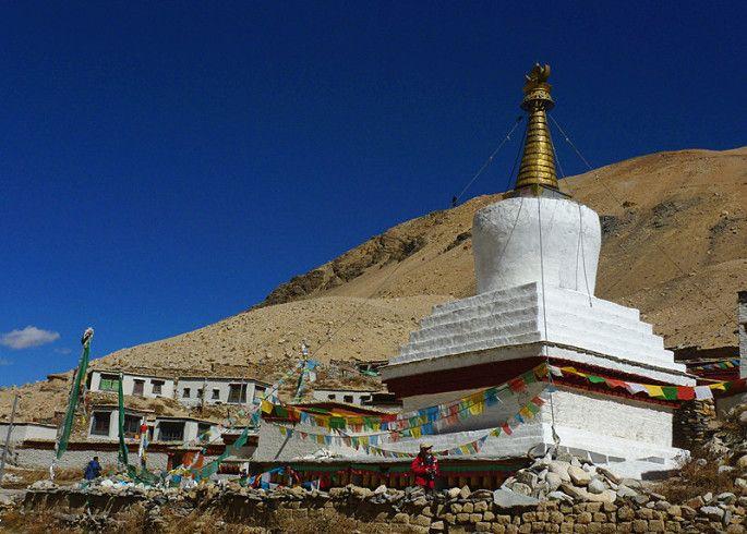 Le monastère de Rongbuk. Situé au pied du glacier de Rongbuk, il a une altitude de 5100m. Et ici est aussi le point de départ de l'ascension de l'Everest par la face nord via le col Nord.