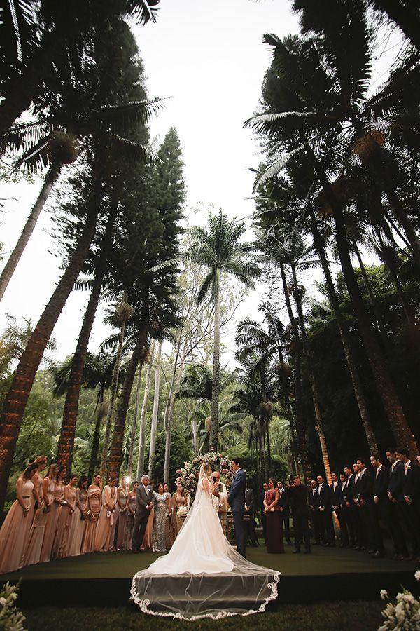 Marcele e Kadu tiveram um casamento na fazenda Vila Rica, com decoração de Fabio Borgatto e Telma Hayashi, buffet do Zest e bolo The King Cake.Ã'Â