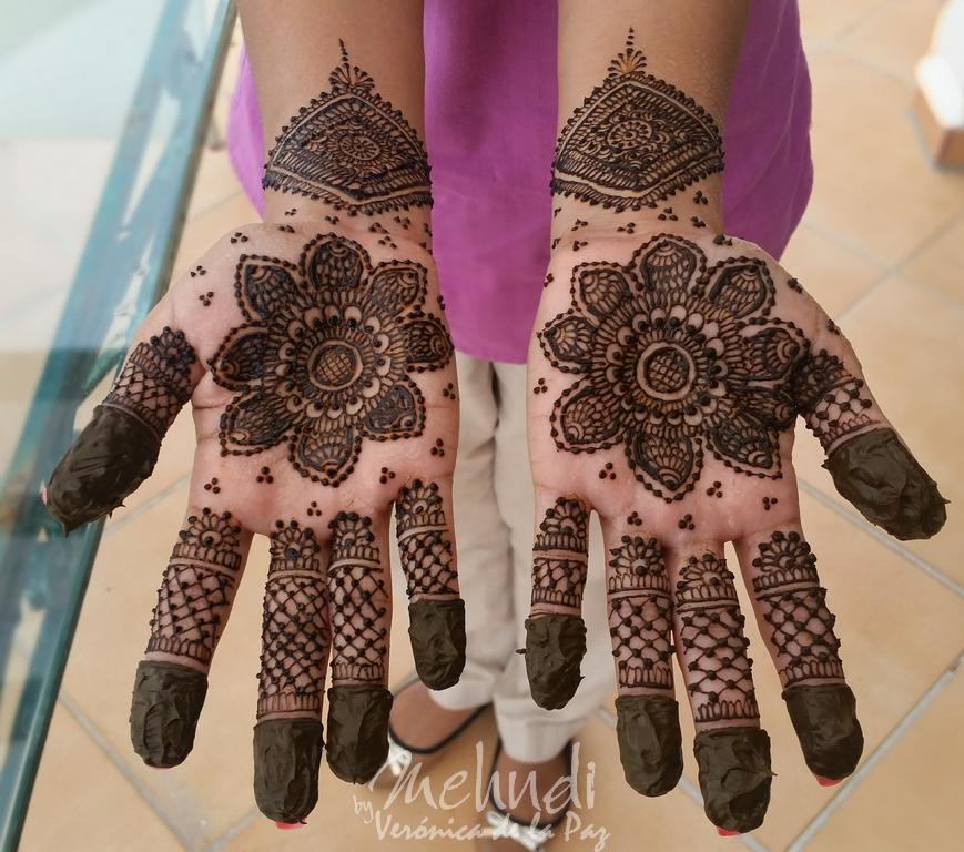 Lilies design #mehndibyveronicadelapaz #mehndicancun #mehndi #mehndidestinattionwedding #destinattionweddings #hennamexico #mehndimexico  #bridalmehndi #indianweddings #southeastasianweddings  www.mehndibyveronicadelapaz.com