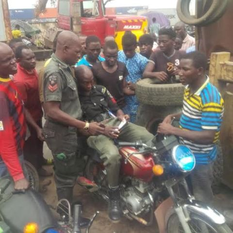 GOSSIP, GISTS, EVERYTHING UNLIMITED: Drunk Policeman Arrested By The Police In Lagos