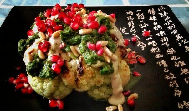 Coliflor asada con salsa de tahina y de cilantro.