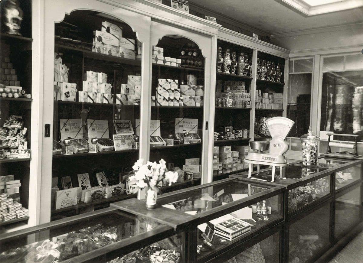 Interieur van winkel in koloniale waren comestibles en for Interieur winkel amsterdam