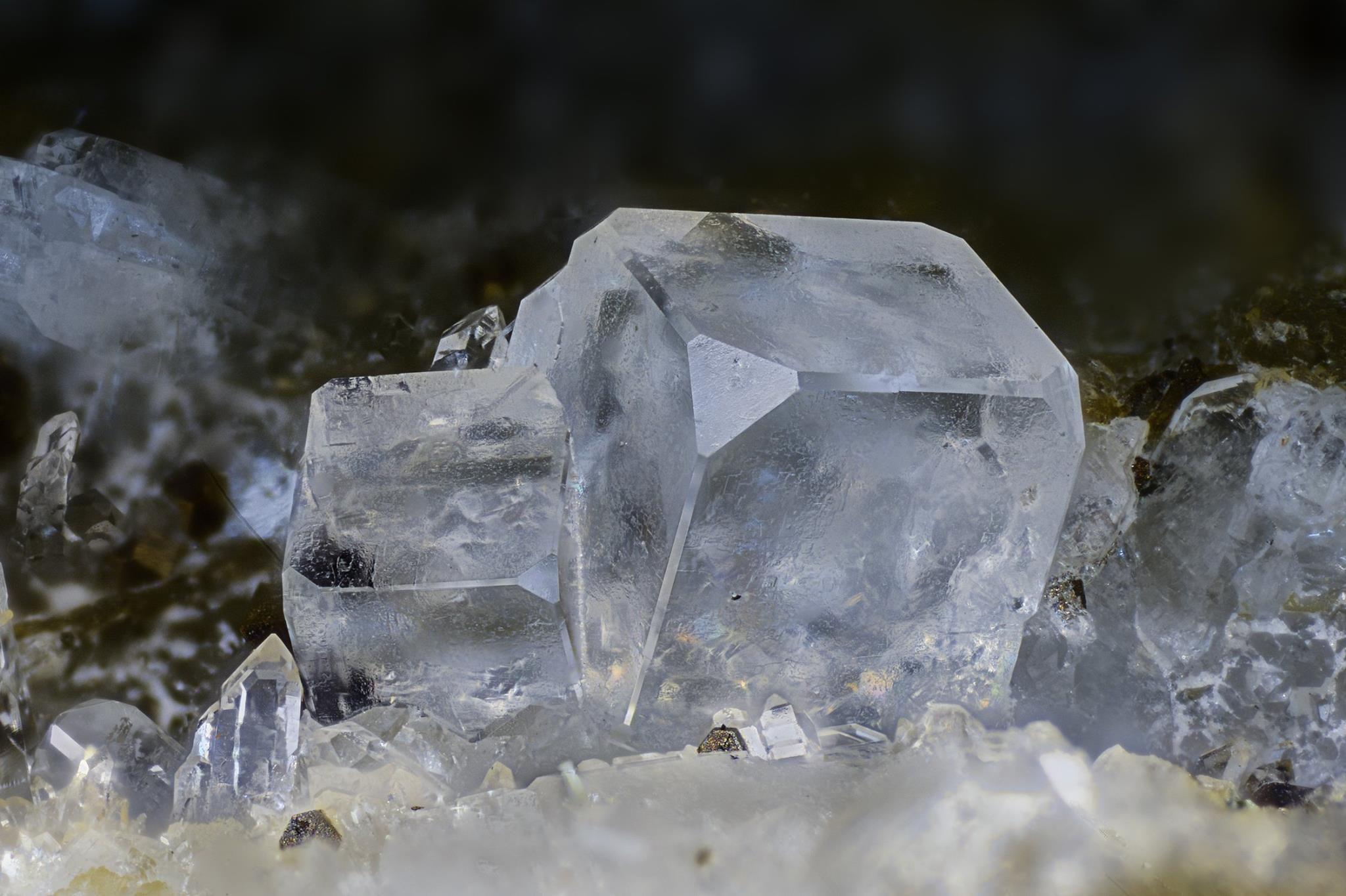 Fluorite. Pret Basso quarry, Montoso, Bagnolo Piemonte, Cuneo Province, Piedmont, Italie FOV=2.9 mm Collection et photo Giuseppe Finello