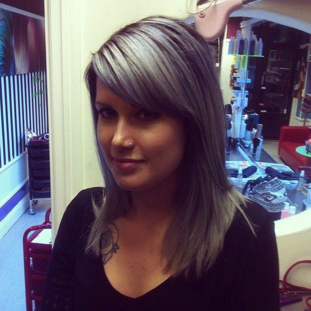 grå svart hår