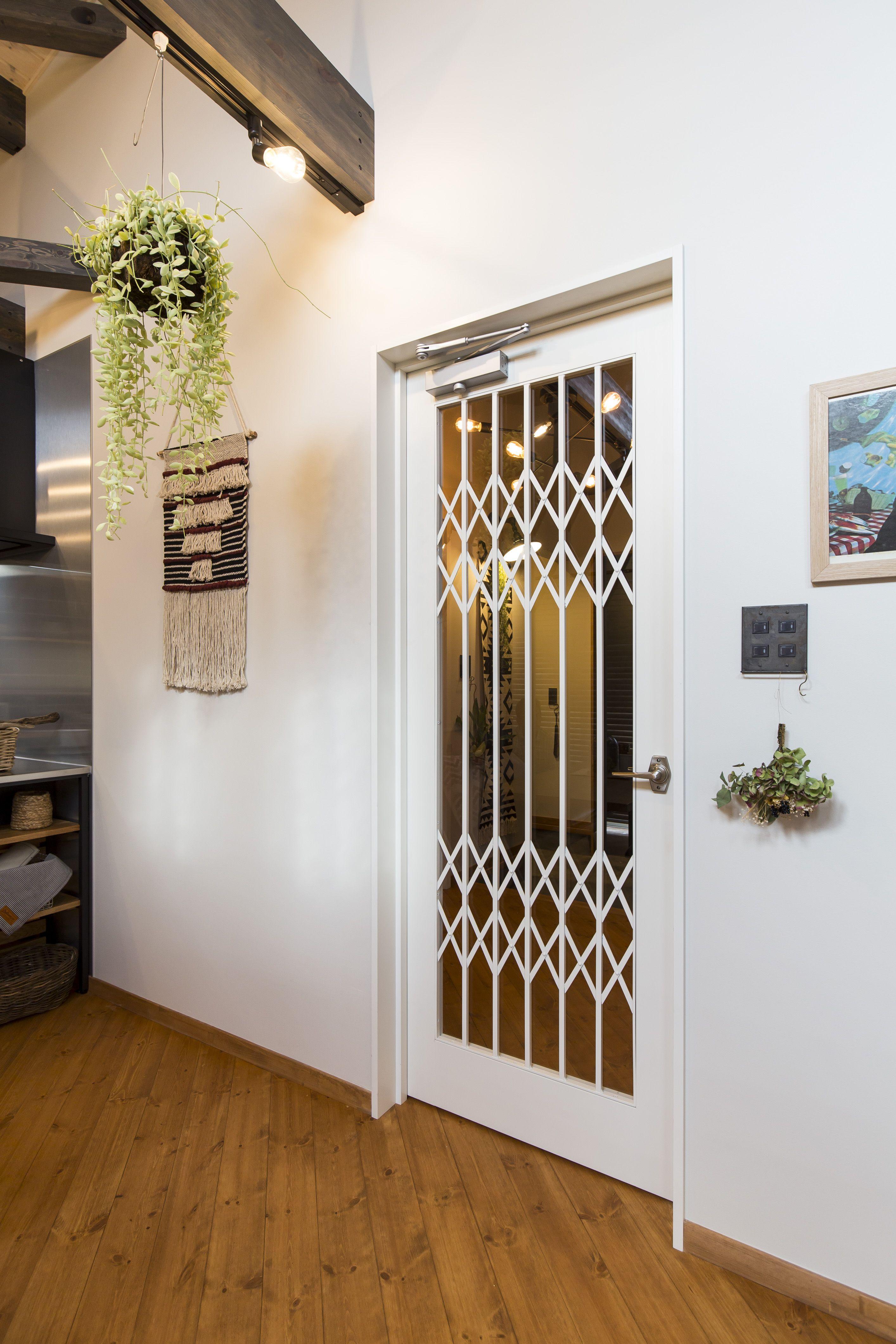 室内ドア インテリア実例 Bino Bino Camp 中塚組 リビング ドア ドア 扉 おしゃれ 壁紙 クロス 白い壁 白い ドア 片開き かわいい かっこいい 観葉植物 ドライフラワー 家 おしゃれな家 室内ドア