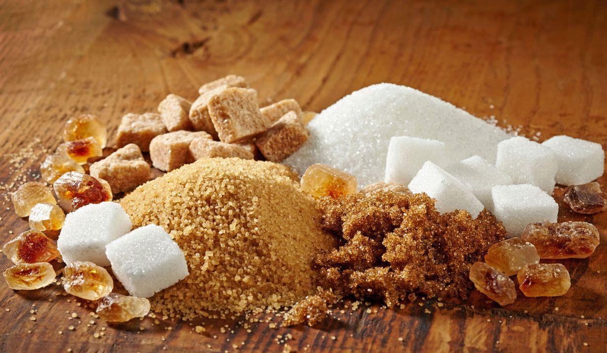 Milloin kulhoon kannattaa mitata ruokosokeria, tomusokeria tai erikoishienoa sokeria? Entä voiko leivonnassa käyttää hedelmäsokeria?