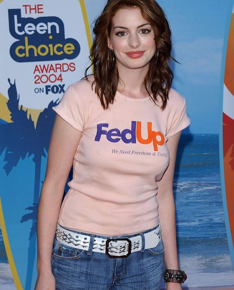 Anne Hathaway Looks So Pretty. But Her Shirt Tho!!