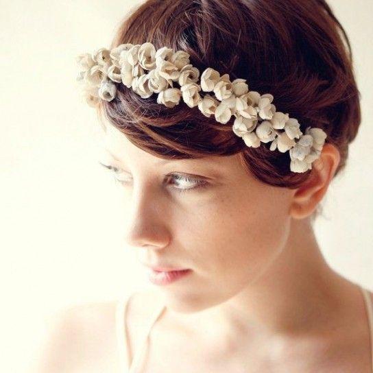 Acconciature per capelli corti con fiori
