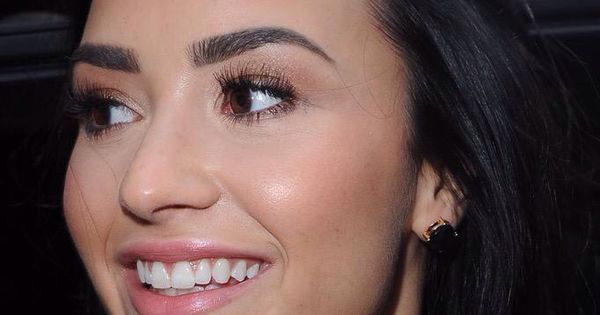 Demi Lovato's eyebrow definition is on point. | Eyebrow ...