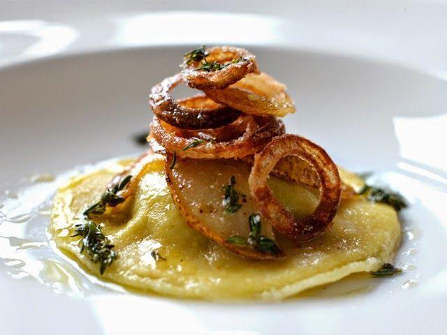 Grüße aus der Küche: Kalbsleber-Raviolo mit Birne, gerösteten Zwiebeln und Thymian ...   - vorspeisen -