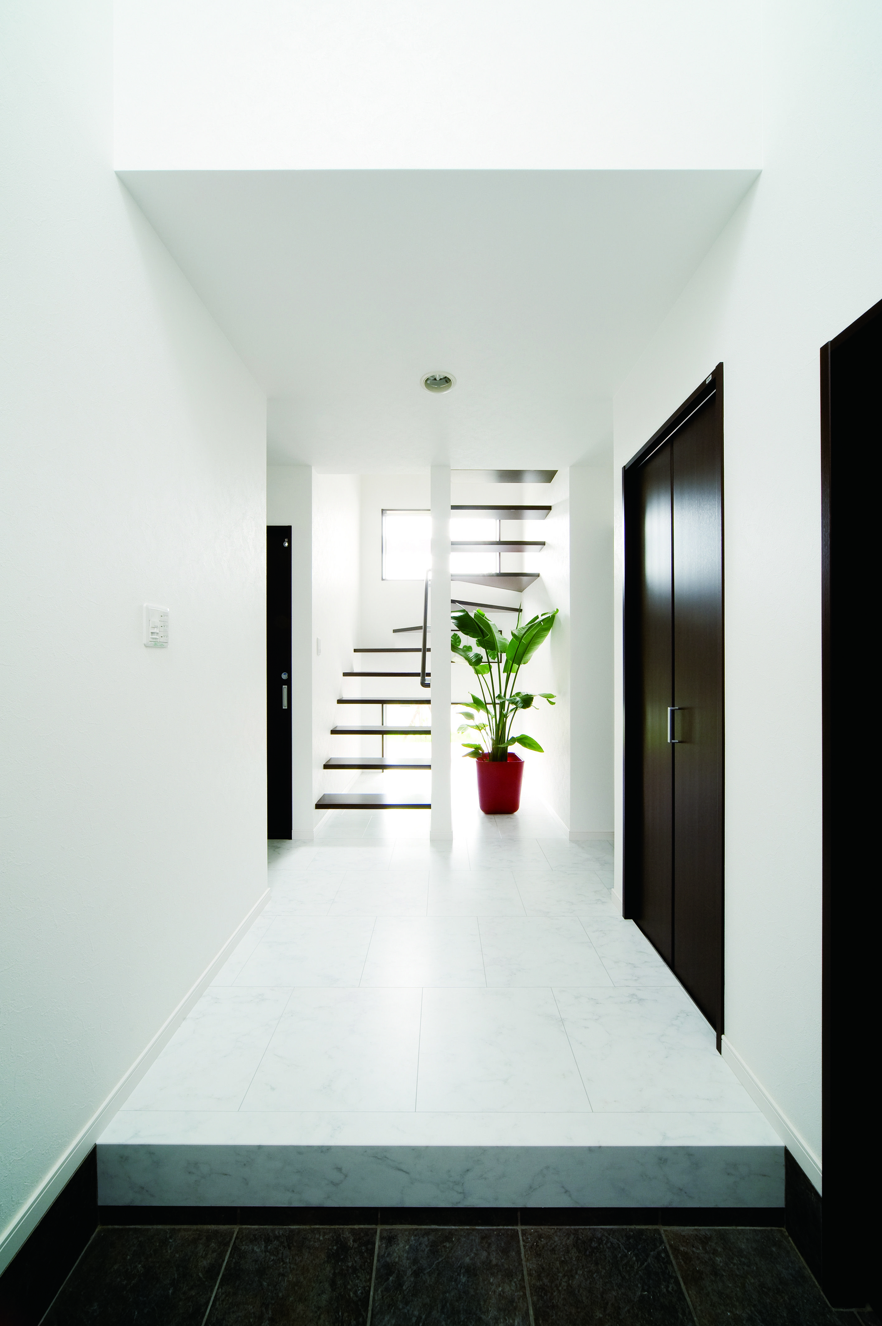 3つのハコでできた中庭ハウス 注文住宅 デザイン住宅のコンフォート建築設計工房株式会社 ヴィンテージインテリアデザイン 玄関 内装 家