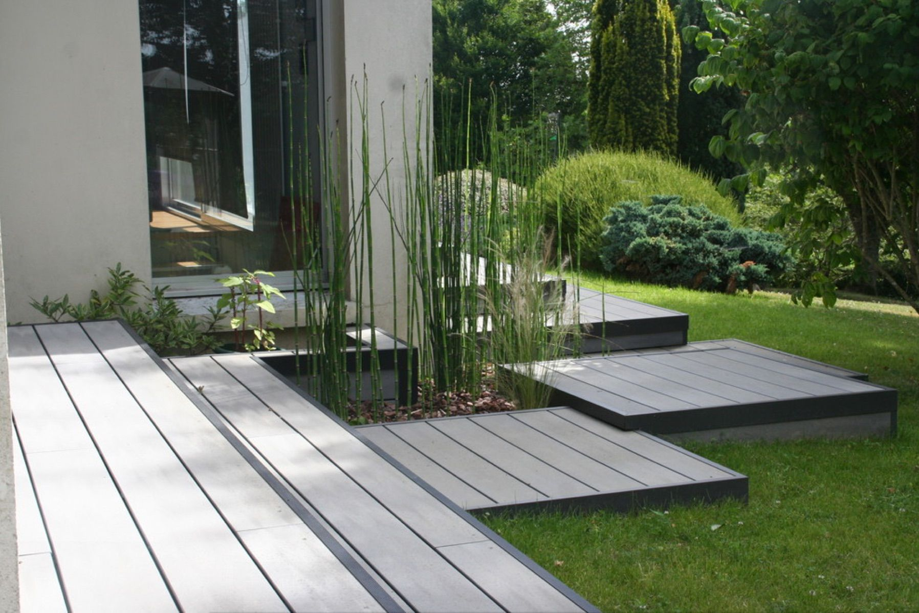 Gray deck lets go outside pinterest decking and gray for Terrasse jardin 78