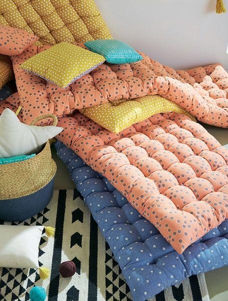 bequem und schick zugleich die gemusterte bodenmatratze f r kinder l dt zum spielen ausruhen. Black Bedroom Furniture Sets. Home Design Ideas