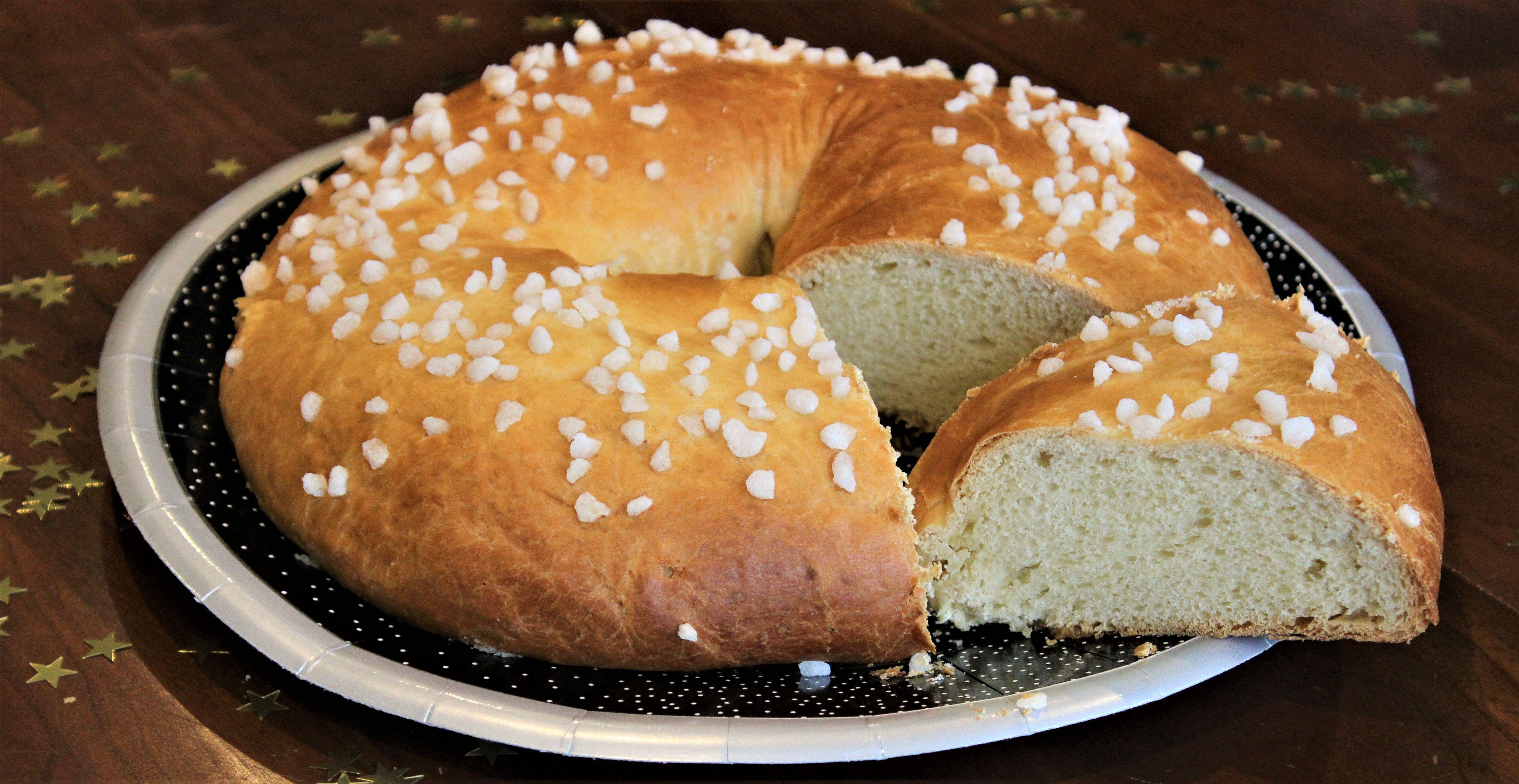 Pour une fouace de 6/8 personnes : 280 g de farine (tamisée) 85 g de lait (ou 85 ml) 75 g de beurre mou 10 g de levure fraîche de boulanger 1 œuf 2 cuillères à soupe de miel 2 cuillères à soupe de sucre 2 cuillères à soupe de fleur d'oranger (ou 1 suivant les goûts) 1/2 cuillère à café de sel sucre en …