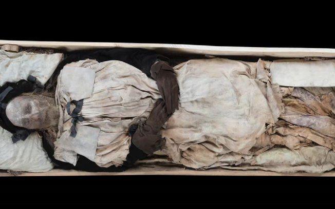 Corpo mumificado de bispo estava acompanhado de criança também mumificada, dizem cientistas