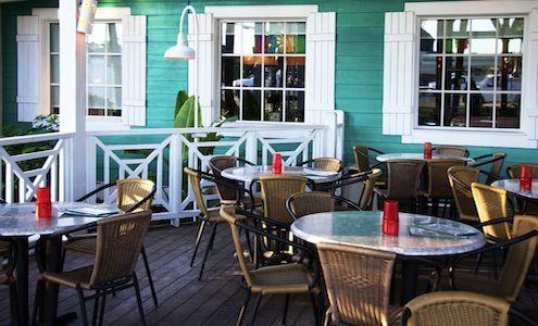 Brenda Benoit comprueba el Happy Hour del Bahama Breeze Island Grille en Miami