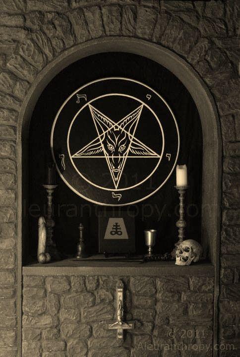 Satanic Altar Featuring The Sigil Of Baphomet Altarpiece Handcrafted By Reverend Byrd Arte Oscuro Fotografía De Arte Oscuro Obras De Arte De Fantasía