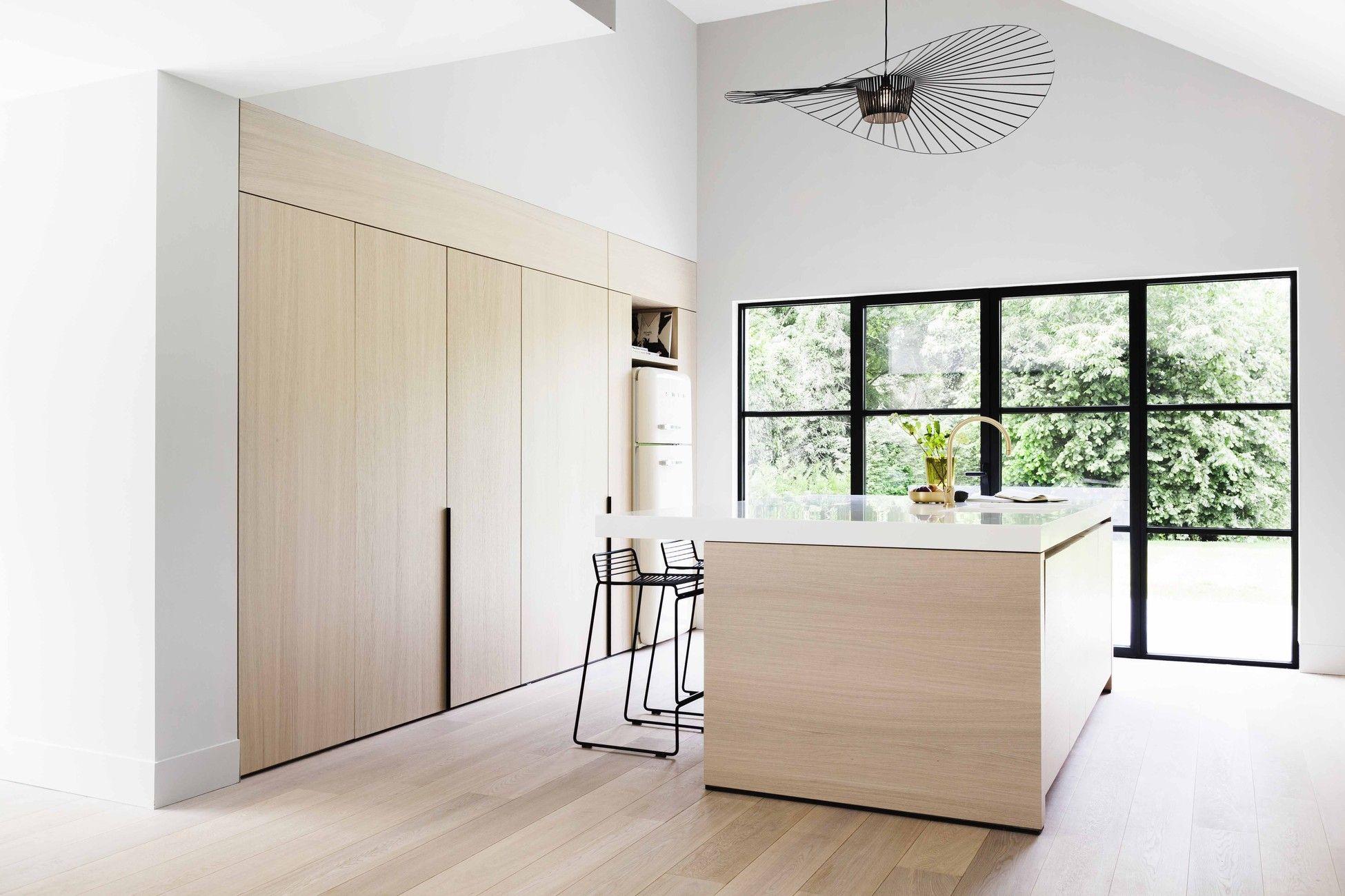 Moderne lichte eilandkeuken houten keuken licht werkblad stalen kozijnen kastenwand met - Trendkleur keuken ...
