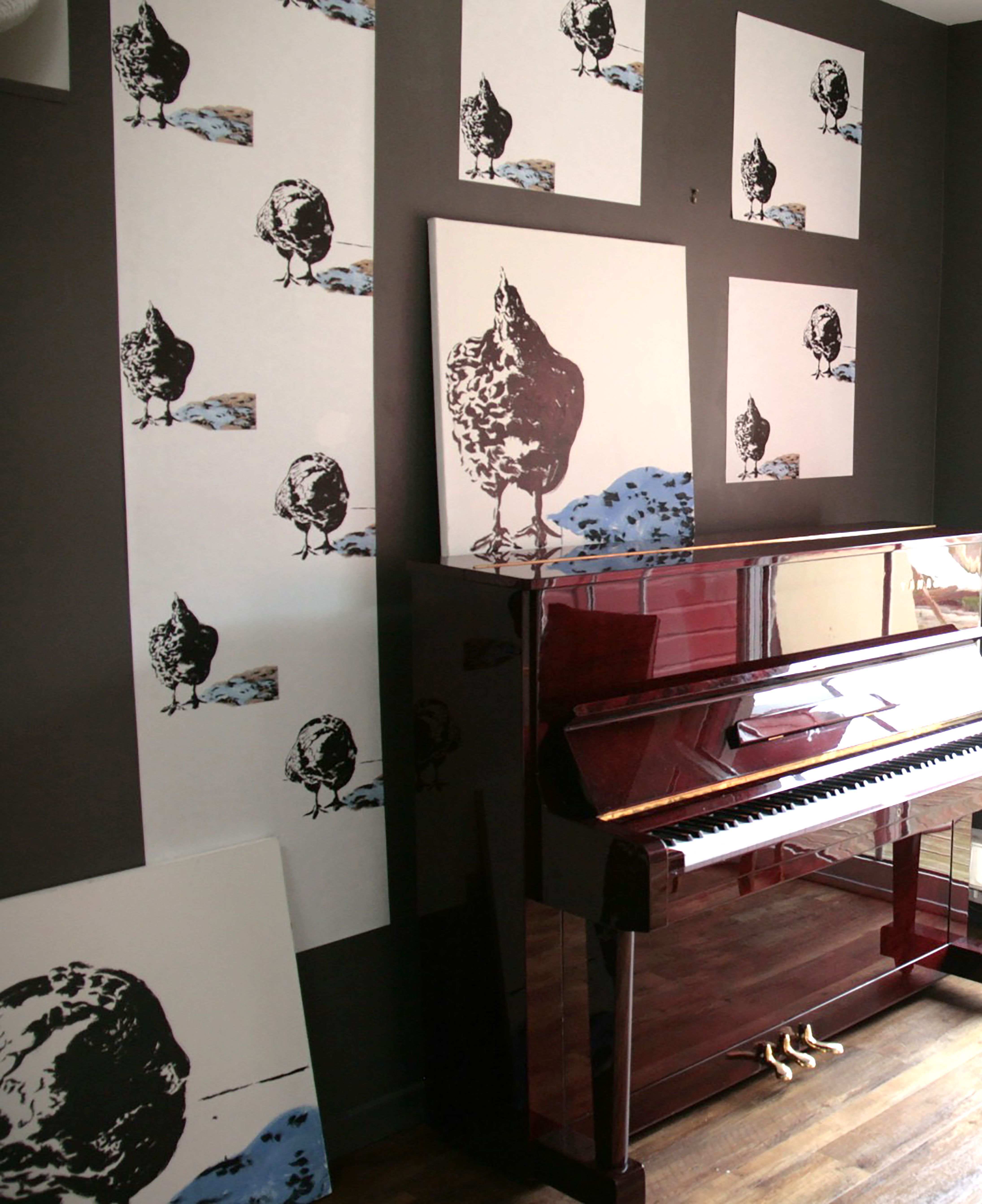 """Papier peint original """"poules"""" dans un salon au dessus du piano . Un poule , deux poses: la ..."""