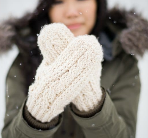 Classic Cold Weather Crochet Cable Mittens Keep Your Fingers Toasty With These Classic Cold Weather Cro Crochet Mittens Pattern Crochet Mittens Crochet Cable