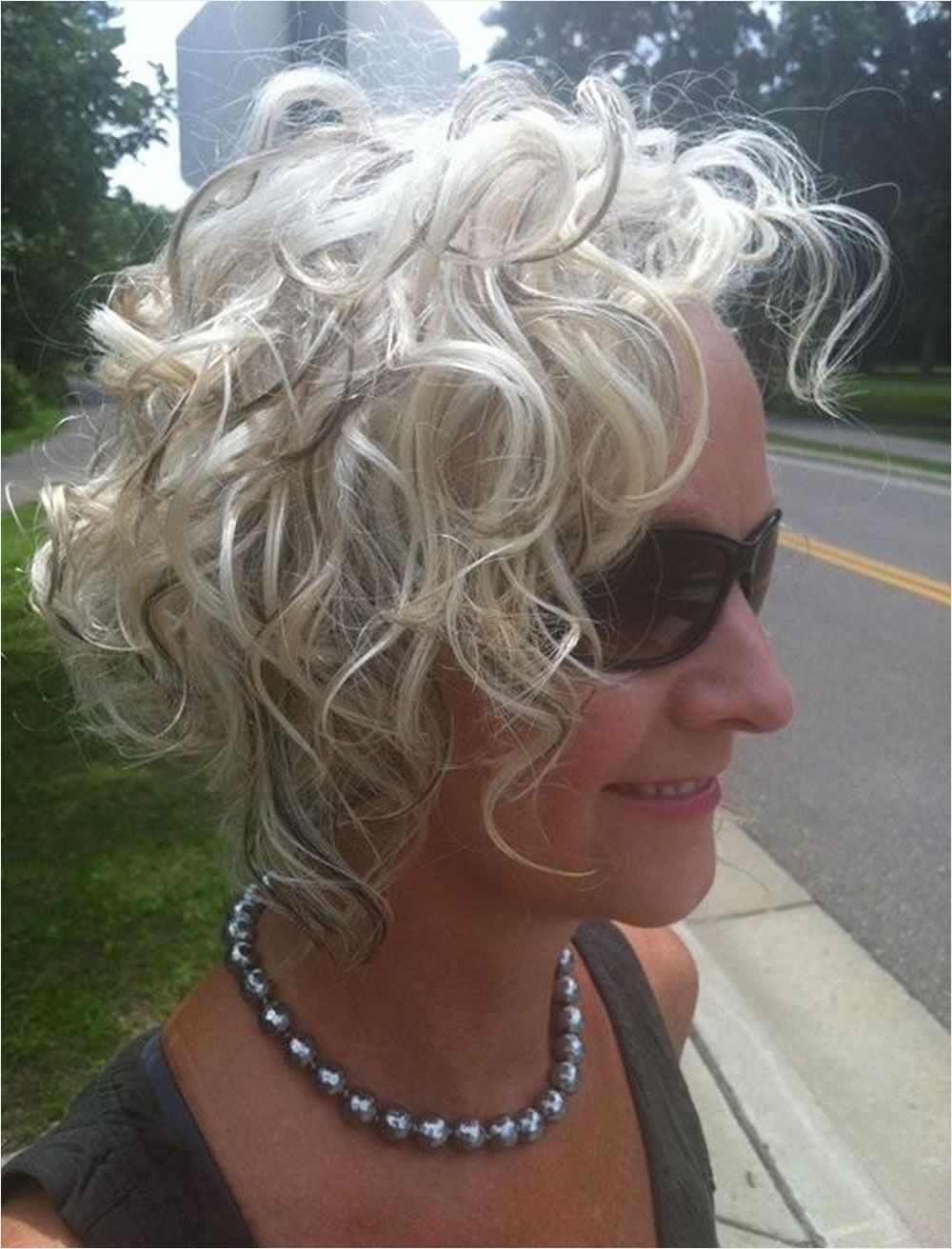 31 lovely short curly hairstyles for women over 50 mi21111
