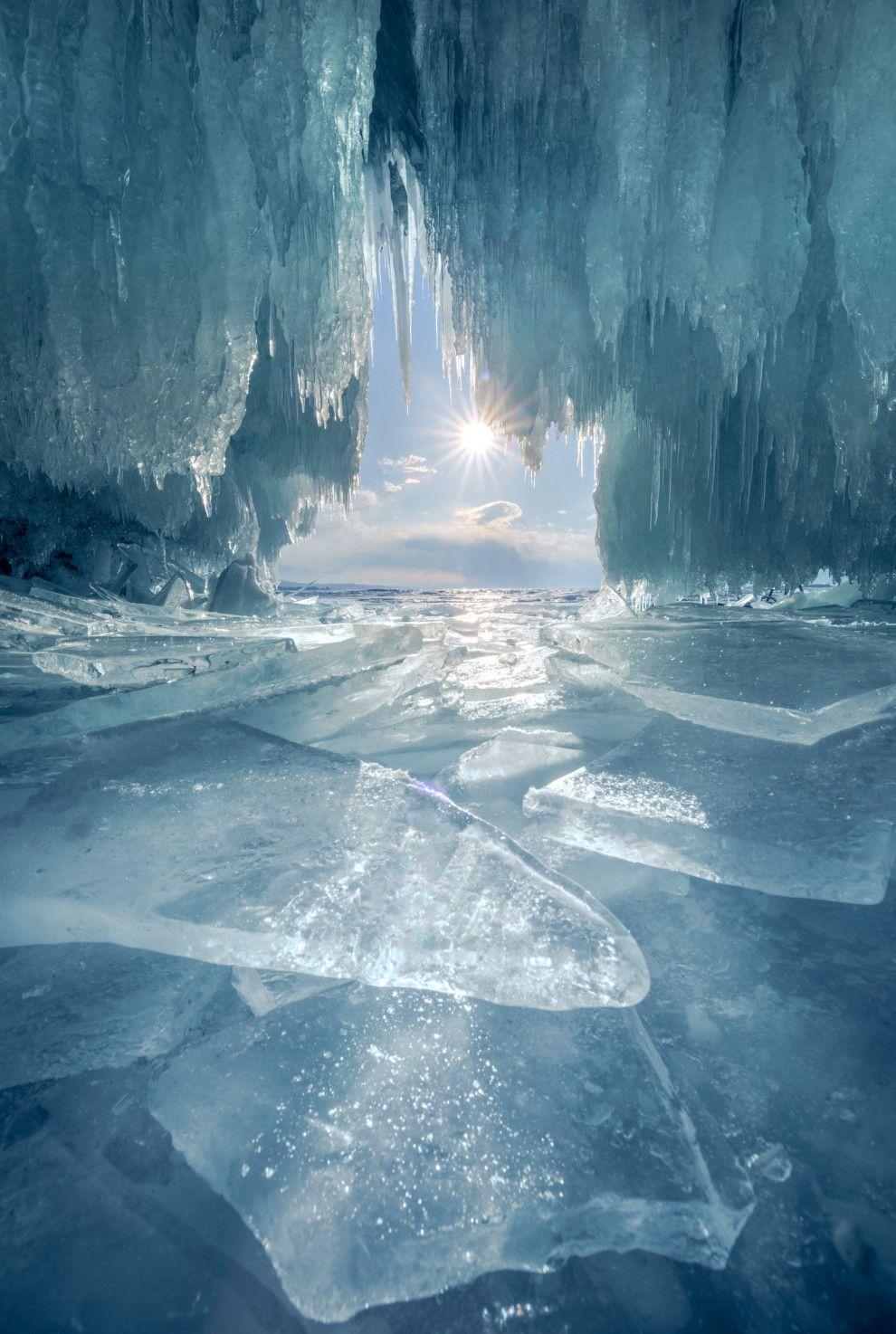 Una cueva de hielo en el lago Baikal, Rusia.