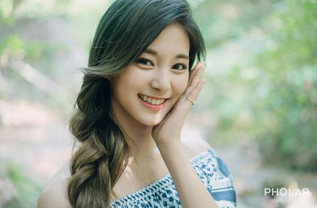 30day Kpop Challenge Day 24 Idol That I Think Is Overrated Is Tzuyu There Are Many More Of Them Twice Tzuyu Na Poses For Photos Kpop Girls Blog Photo