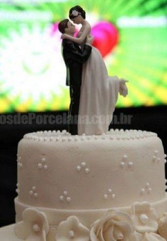 Colocar em palavras o amor e a paixão nem sempre é fácil. Ainda mais no dia do casamento! Traduza esses sentimentos nos pequenos e grandes detalhes, como o topo de bolo! Este lindo casal é feito e porcelana e você ainda pode personalizar a cor do cabelo dos noivos!  www.noivinhostopodebolo.com