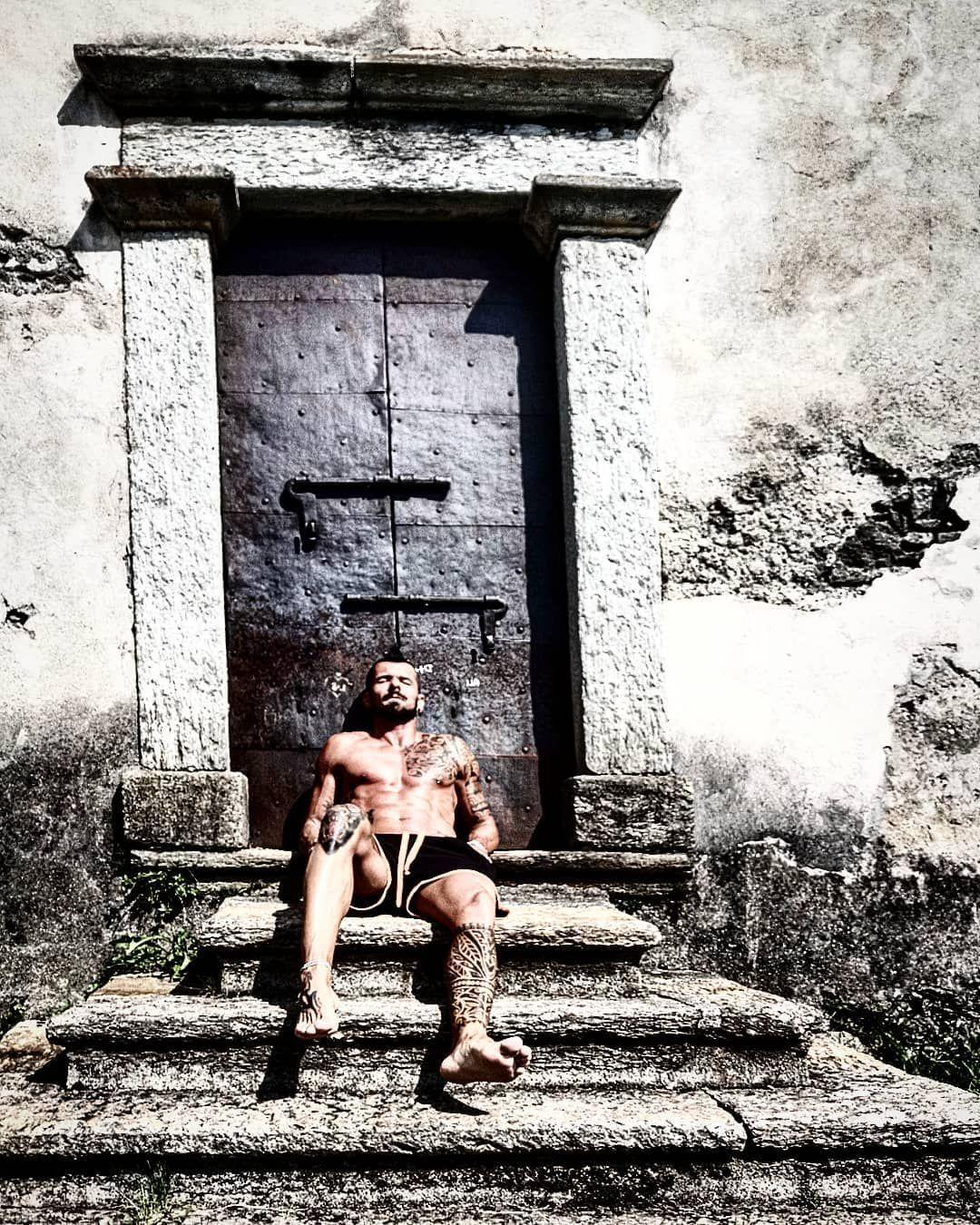🏃 Ultimo giorno di vacanza, iniziamola nel migliore dei modi 🦍 __ __ __ __ #fotografiaurbana #fit #w...