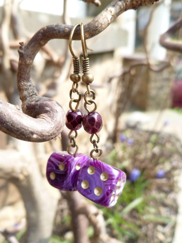"""Boucles d'oreille """"Ténébreuse"""" avec dés à jouer 6 faces mauves et perles de Bohème améthyste : Boucles d'oreille par acherontia"""