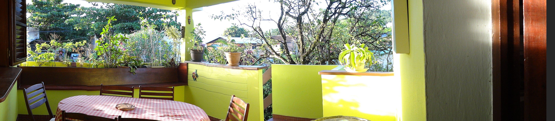 La terrasse ventilée et couverte pour des moments conviviaux