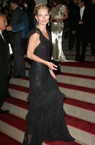 Confira 10 vestidos longos de Kate Moss que inspiram madrinhas de casamento