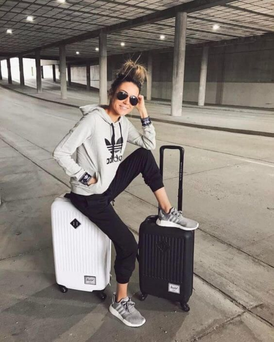 13 Comfortable Outfit Ideas To Wear While Traveling | Comfy