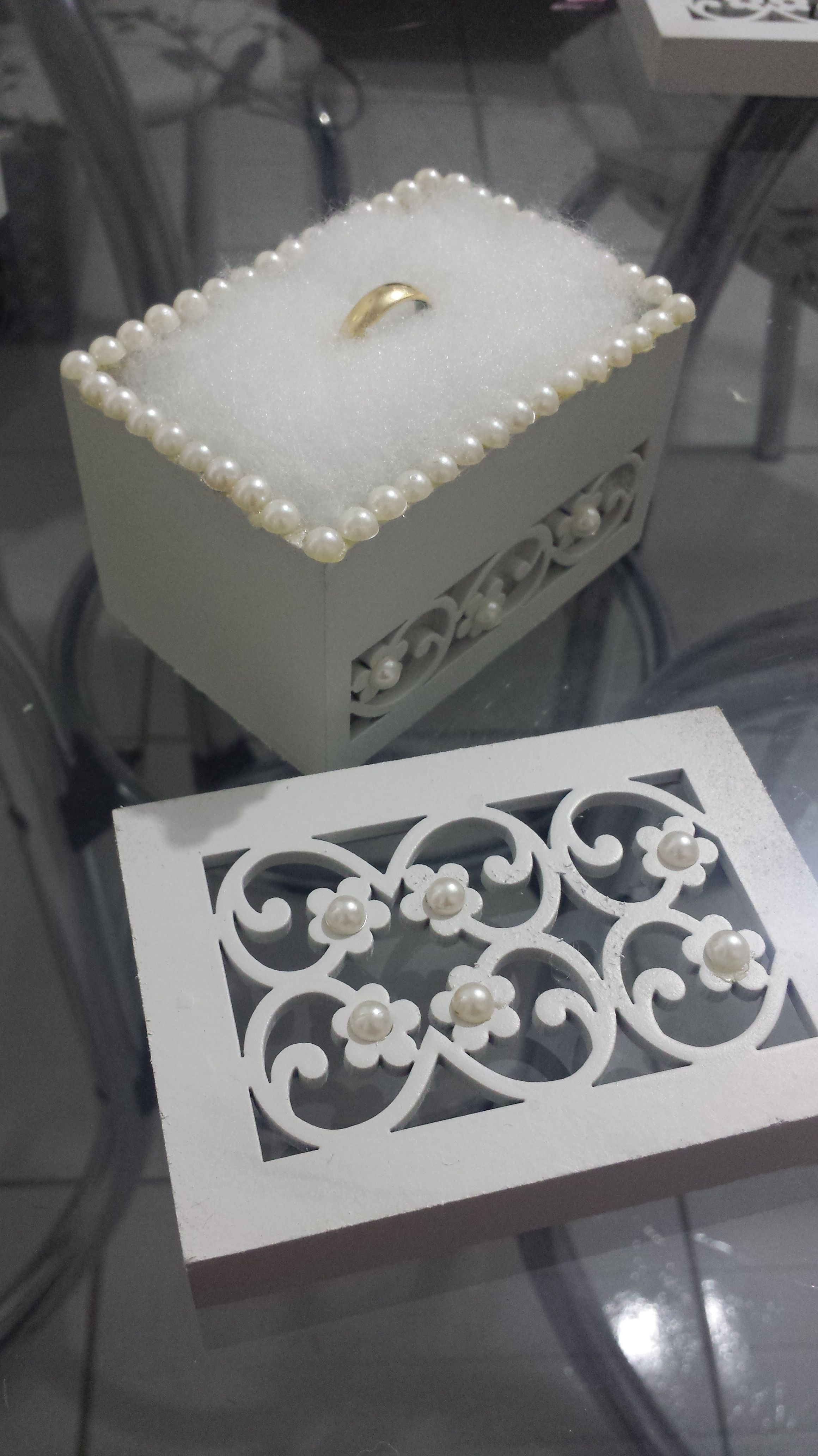 513b6e3c6519 Como fazer uma caixinha linda para alianças e usar no casamento! Aqui ó:  http