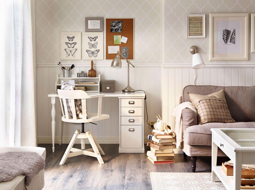 Een hoek in de woonkamer met een wit bureau en een draaistoel ...