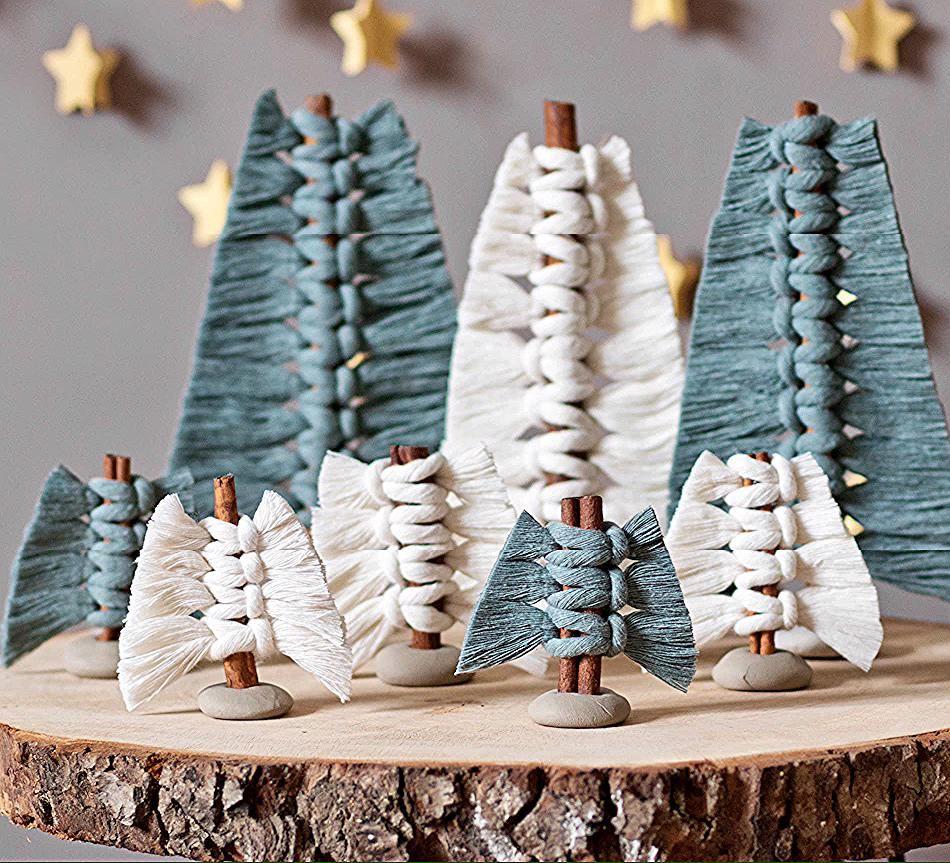Makramee Weihnachtsbaume An Zimtstangen In 2020 With Images Diy Macrame Plant Hanger Macrame Diy Macrame Design
