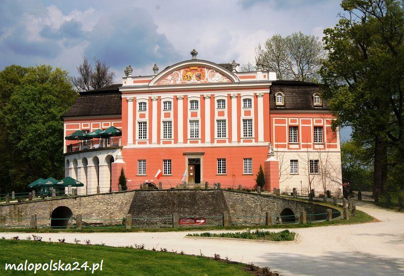 Pałac w Kurozwękach (województwo świętokrzyskie) był niegdyś średniowiecznym zamkiem rycerskim. Otoczony wspaniałym parkiem krajobrazowym  obiekt przyciąga nie tylko swym wyglądem, ale i bogatą ofertą turystyczną. http://www.malopolska24.pl/index.php/2013/05/palac-w-kurozwekach/