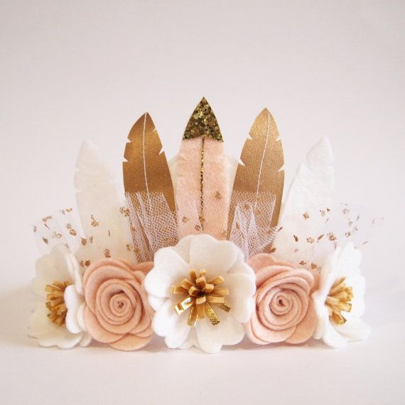 Feather Crown  suitable for little one from 6 months+ to bigger girls for all occasions - birthday, party, special events, wedding, flower girls, photo shoots etc.  ********************************  Handcrafted felt feather crown with felt flowers in a refreshing neutral colours of white Kirei Blooms with gold centre and nude pink roses. Feathers handmade with felt and gold faux leather. Fold over elastic (FOE) is sewn on the end of felt base. Please choose your size at the drop down menu on…