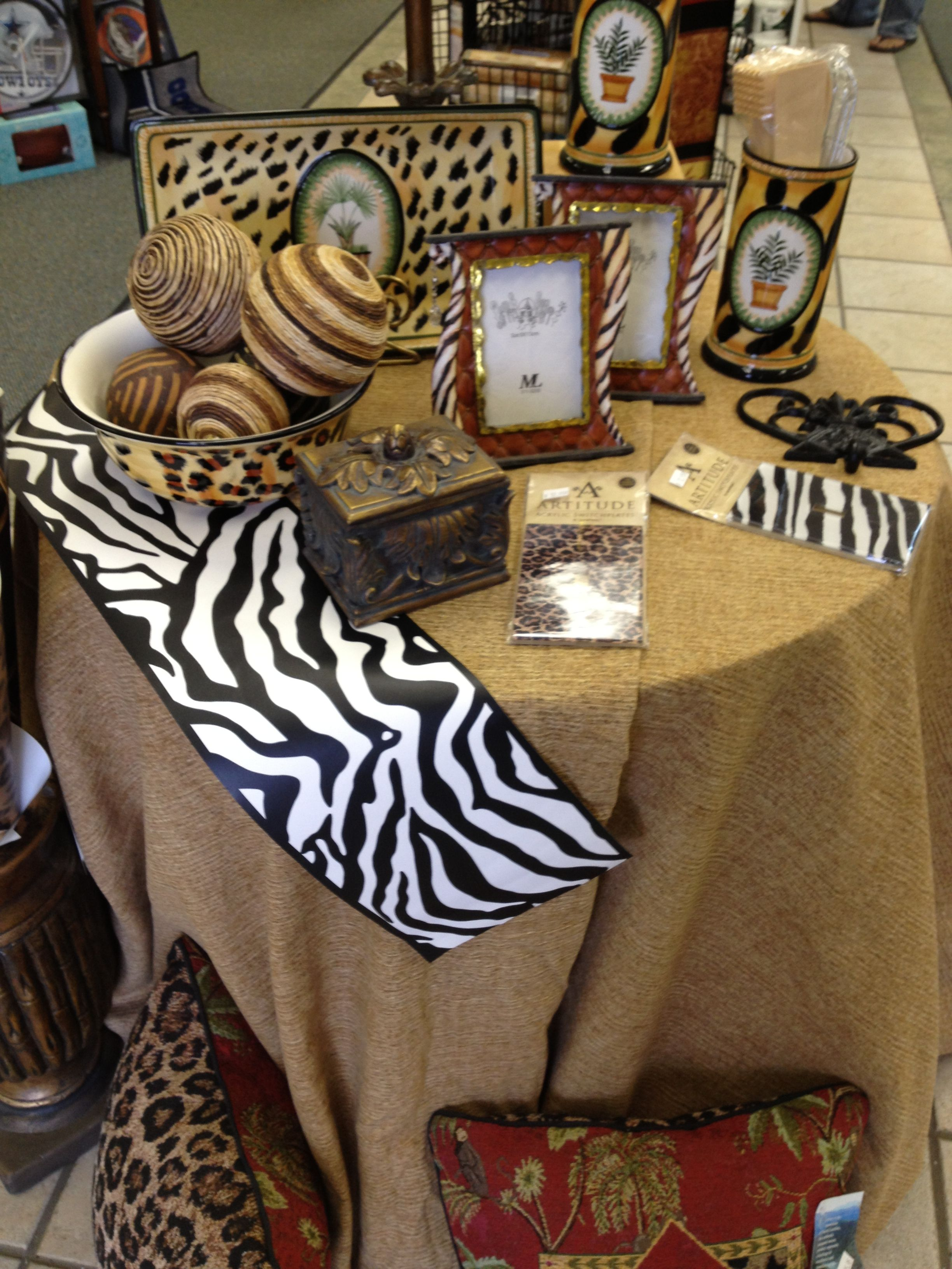 Animal print wallpapers, borders and accessories have