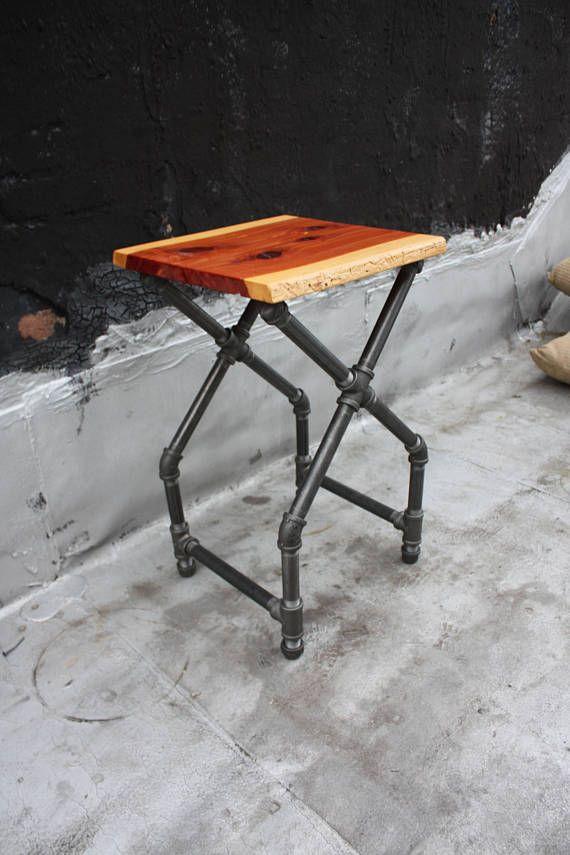 ce bout de canape unique et elegant est fabrique dans la ville de new york et surmonte d une planche de bord direct de cedre rouge
