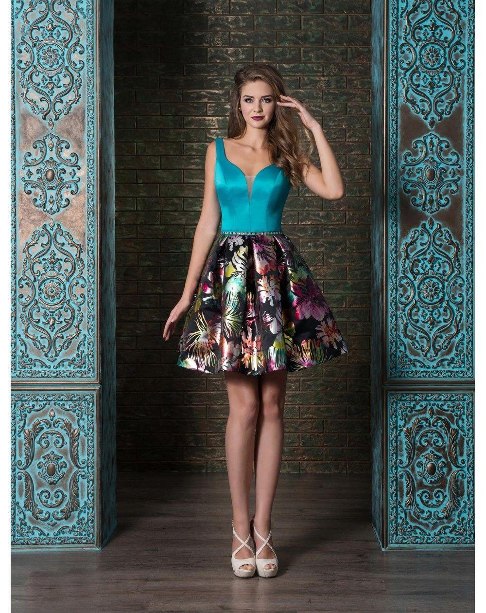Krátke spoločenské šaty so saténovým zvrškom. Sukňu zdobia kvety. Sexi  pôsobí hlboký výstrih 36687b76200